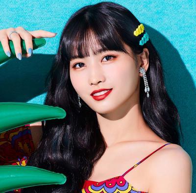 6 Gaya Kasual ala Momo Twice, si Cantik yang Dijuluki Dancing Machine