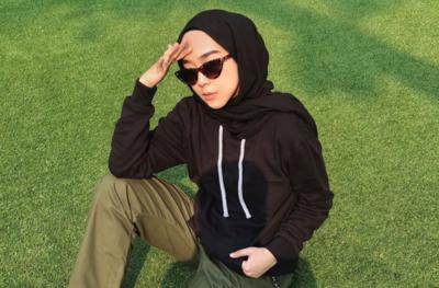 5 Gaya Hijab Black on Black Ala @strngrrr aka Intan Khasanah