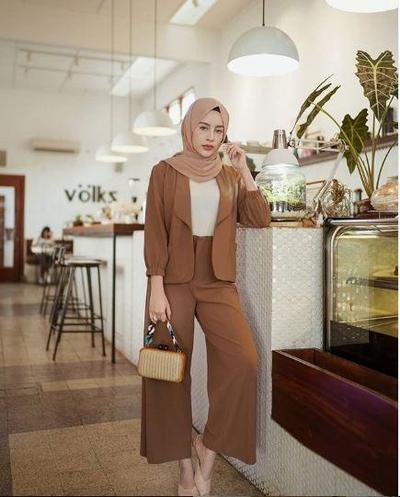 Tips Padu Padan Hijab Pashmina Warna Khaki ala Public Figur untuk Berbagai Acara