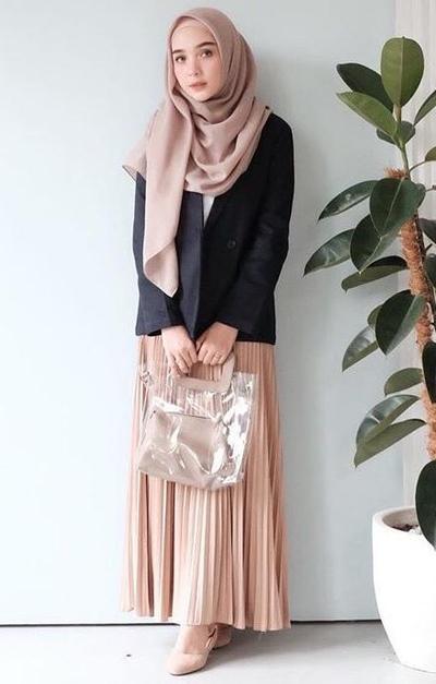 Padukan dengan Outwear dan Pleated Skirt