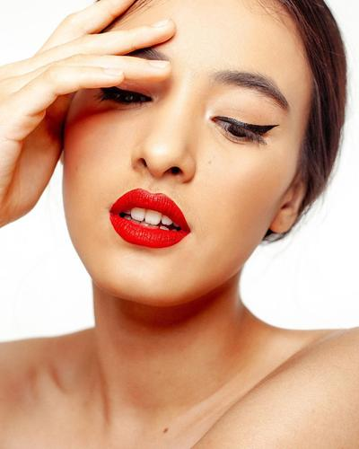2. Seksi dengan Lipstik Merah Merona