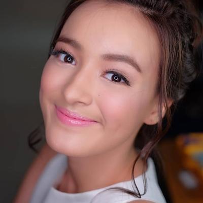 7. Makin Cantik dengan Makeup Bold