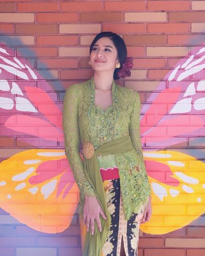 3. Kebaya Bali dengan Obi ala Mikha Tambayong