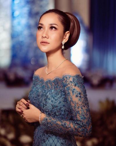 Dari Raisa, BCL, Hingga Maudy Ayunda Beri Inspirasi Kebaya Modern yang Cantik