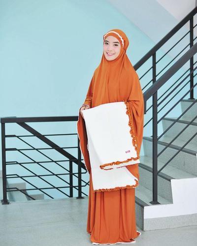 4. Mukena Serasi dengan Sajadah ala Mimi Jamila