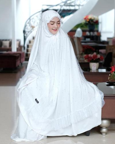 7. Mukena Putih Lapis Tulle ala Reista Putri