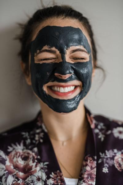 Tak Perlu Bahan Mahal, Begini Cara Membuat Charcoal Clay Mask di Rumah