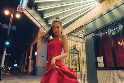 6. Dress Merah Lia yang Anggun