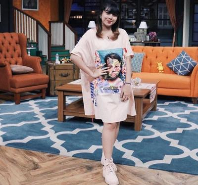 T-shirt Dress dengan Sneakers
