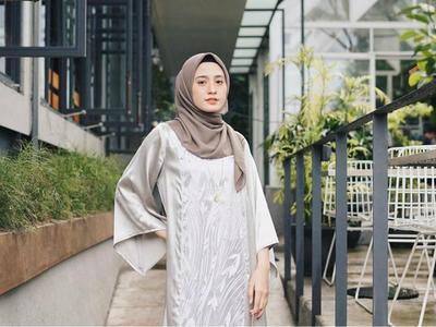 Cantiknya Influencer Hijab dalam Balutan Gamis Brokat Modern