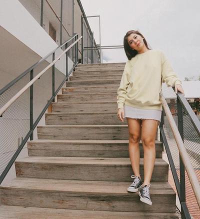 4. Hoodie Panjang dengan Sneakers