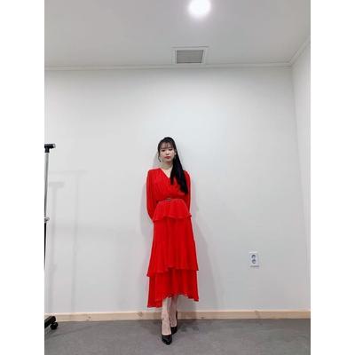 4. Kharismatik dengan Dress Merah