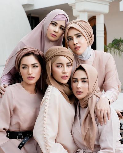 Dari Donita Sampai Fairuz A. Rafiq, Ini 6 Selebriti Berhijab Jadi Model Lipstik Jedar