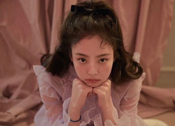 Tampil dengan Trend Makeup Freckles, Selebriti Korea Ini Terlihat Cantik dan Menggemaskan