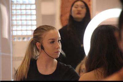 7. Sydney telah dipercaya bekerja sebagai makeup artist untuk peragaan busana