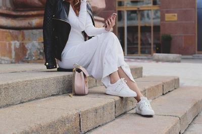 Cocok untuk Semua Outfit, Begini Tips Mix and Match White Sneakers yang Menarik