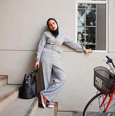 3. Jumpsuit Lengan Panjang untuk Acara Formal