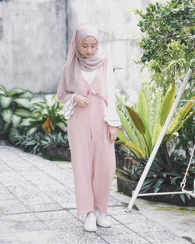 7. Tampil Cute dengan Jumpsuit Warna Pastel