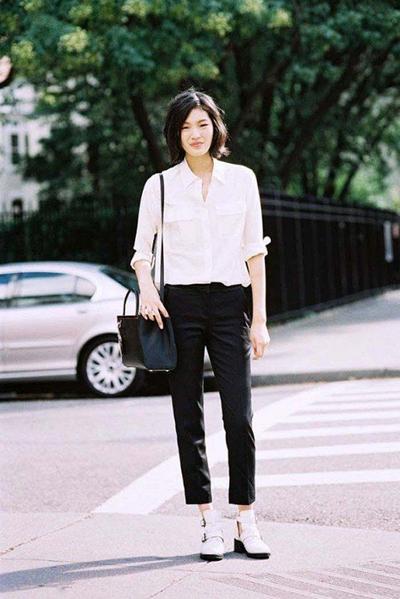 Sleek dan Simpel dengan Celana Hitam dan Blus Putih