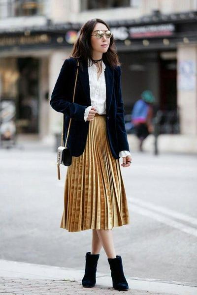 1. Kombinasikan dengan A Pleated Skirt