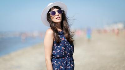 Biar Nyaman Liburan ke Pantai, 5 Fashion Item Ini Wajib Kamu Pakai