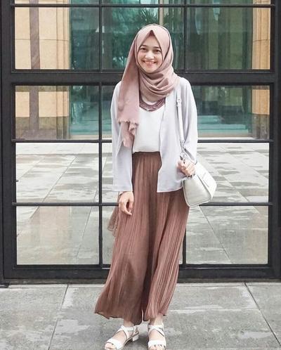 1. Mix Celana Kulot Dengan Cardigan Untuk Tampilan Yang Edgy