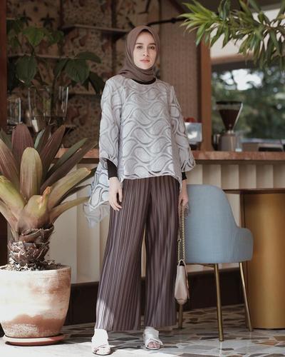 2. Celana Kulot dengan Blouse untuk Tampilan Chic