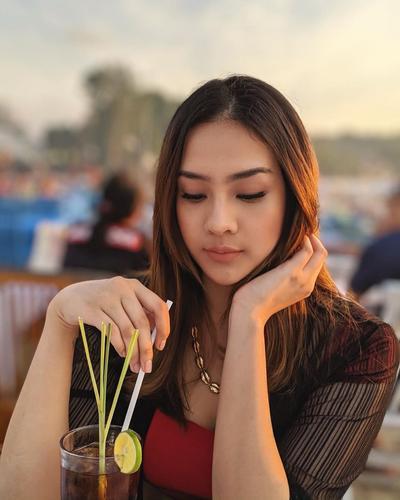 Cantik Saat Minum Lemon Tea