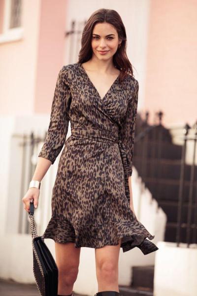 1.Tampil Feminin dengan Wrap Dress Leopard Print
