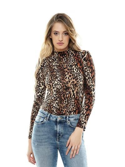 2.Tampil Kasual dengan Outfit Turtleneck Leopard Print T-Shirt