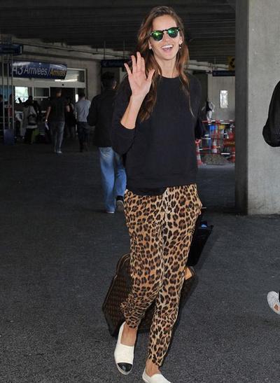 3.Tampil Santai Dengan Harem Pants Leopard Print