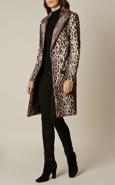 7.Tampil Elegan dengan Outfit Leopard Print Long Coat