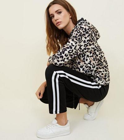 8.Sporty Look Dengan Outfit Hoodie Leopard Print dan Track Pants