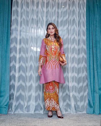 Gaya Elegan Berkelas dengan Setelan Batik
