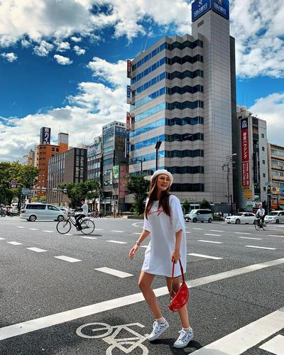 Bergaya Ceria dengan Kaos Putih Oversized di Pemandangan Nan Cerah