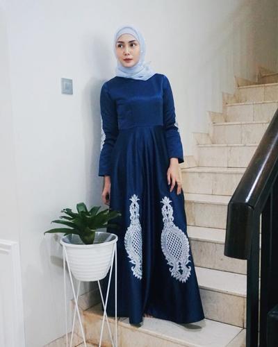 1. Long dress dengan paduan dua warna