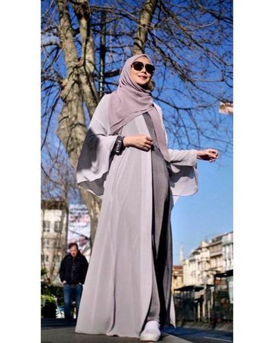 2. Abaya dan hijab bernuansa abu-abu