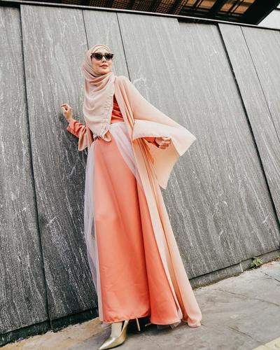 4. Outfit warna orange yang segar