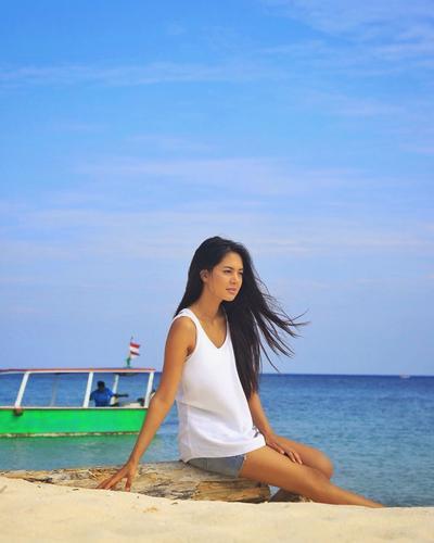 Cantiknya saat Duduk di Pantai