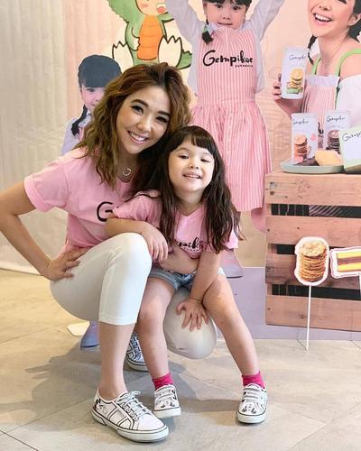Tampil Kasual dengan T-Shirt Pink
