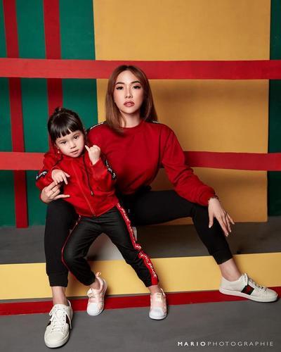 Fashion Boyish dengan Sweater dan Legging Sport