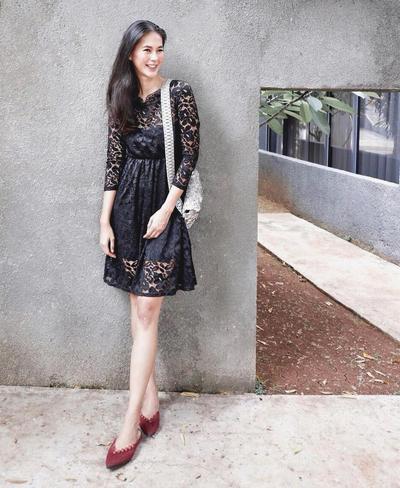 Dress Hitam Simple Berbahan Brokat + Flat Shoes Maroon