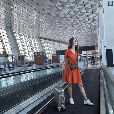 Style di Bandara dengan Dress Kerah Menyilang