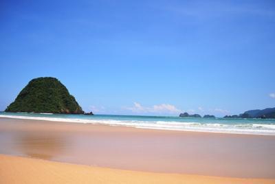1. Pantai Pulau Merah