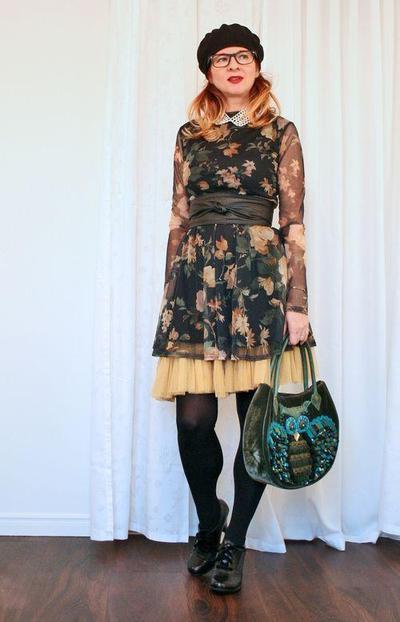 2. Kenakan Rok yang Sedikit Lebih Panjang dari Dress