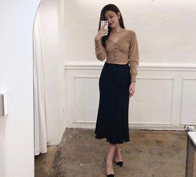 1. Crop Knit Top, Skirt, dan Heels