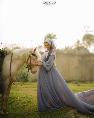 2. Anggun dalam Balutan Gaun Bernuansa Biru yang Elegan