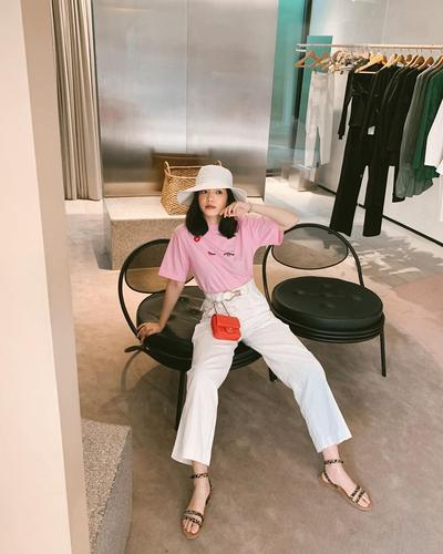 4. Boyish dalam Balutan Kaos Pink dan Celana Panjang Putih
