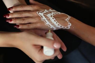 source: https://bridalhennabeauty.com/henna-designs/step-by-step-diy-henna-designs-for-hands/attachment/step-by-step-diy-henna-designs-for-hands-photo-1/