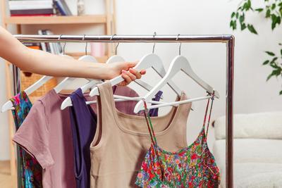 keluarga sehat menggunakan baju bersih